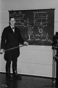 Insinööri Salmensaari luennoi rakennusteknillisellä jatkokurssilla Helsingissä 1945 (kuvalähde: Työväen Arkisto)